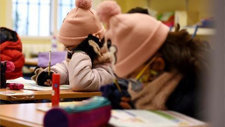 Educación insta a los colegios a mantener la calefacción aunque abran las ventanas