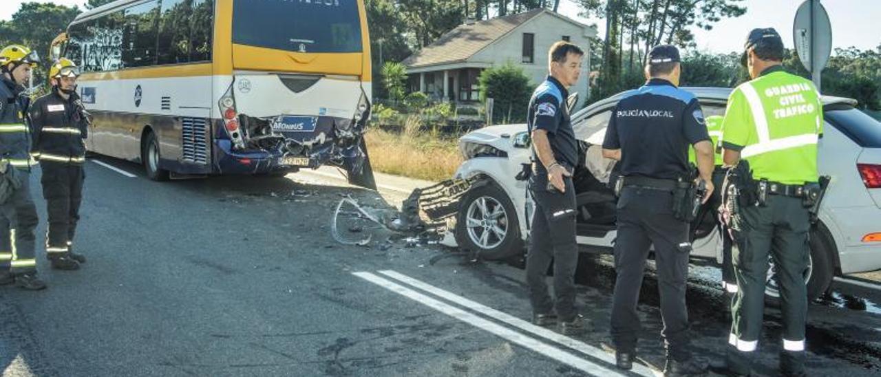 Accidente en el que falleció una niña de 3 años en Vilanova en una colisión con un bus escolar. |   // I. ABELLA