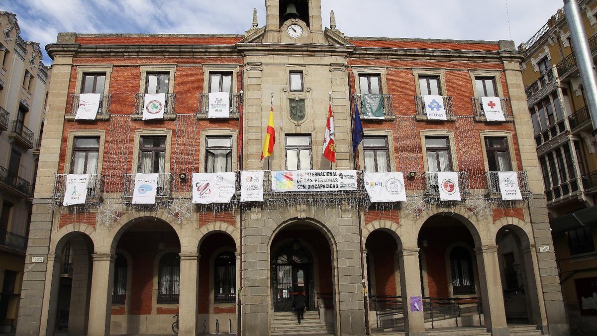 Fachada del Ayuntamiento de Zamora con los emblemas de las asociaciones