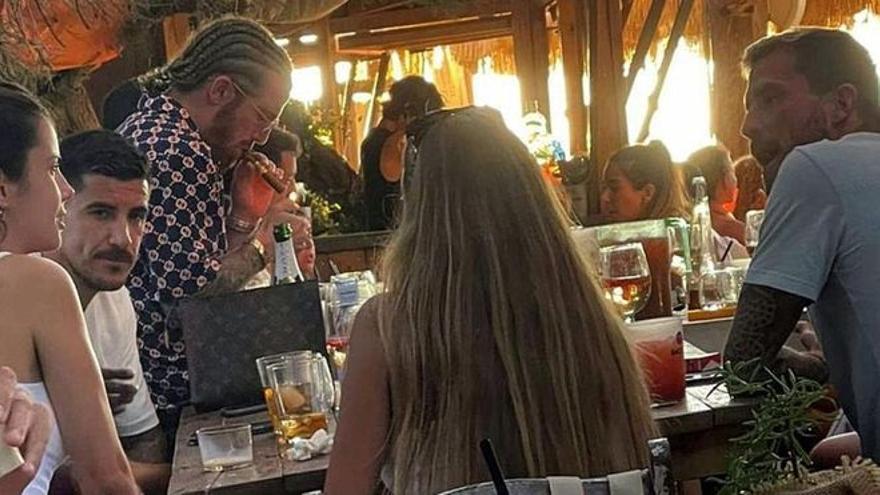 Las polémicas vacaciones del futbolista Iker Muniain en Ibiza revientan las redes