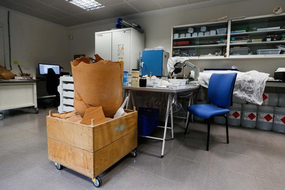 Aunque la actividad presencial se ha reducido, el trabajo no cesa en el Museo Monográfico de Puig des Molins