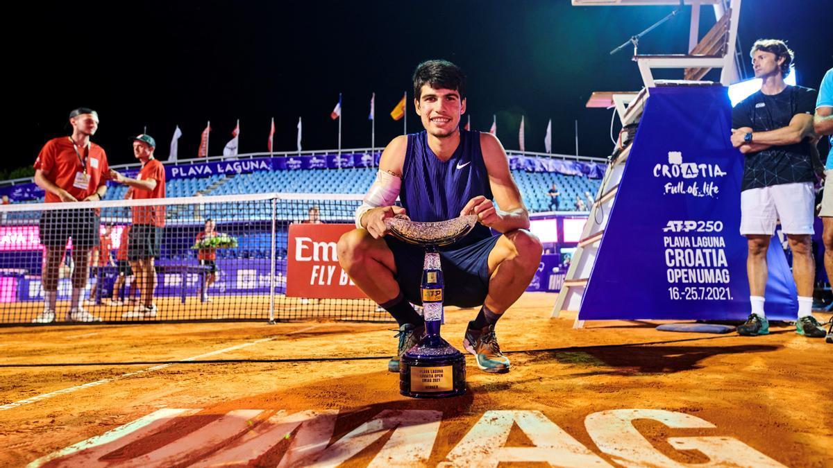 Carlos Alcaraz, con el trofeo en Umag