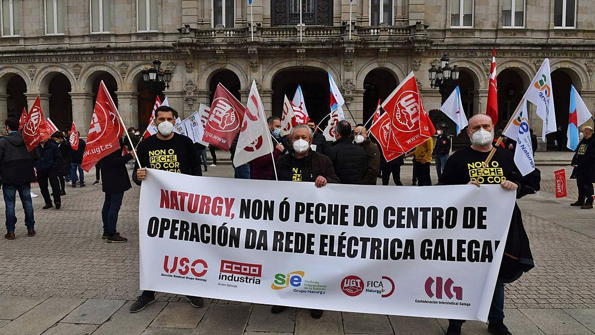 Trabajadores del Centro de Operación de Redes de Naturgy, en la plaza de María Pita.