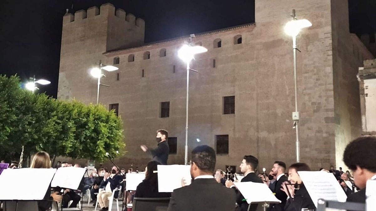 La banda de Alaquàs ofrece un concierto frente al Castell