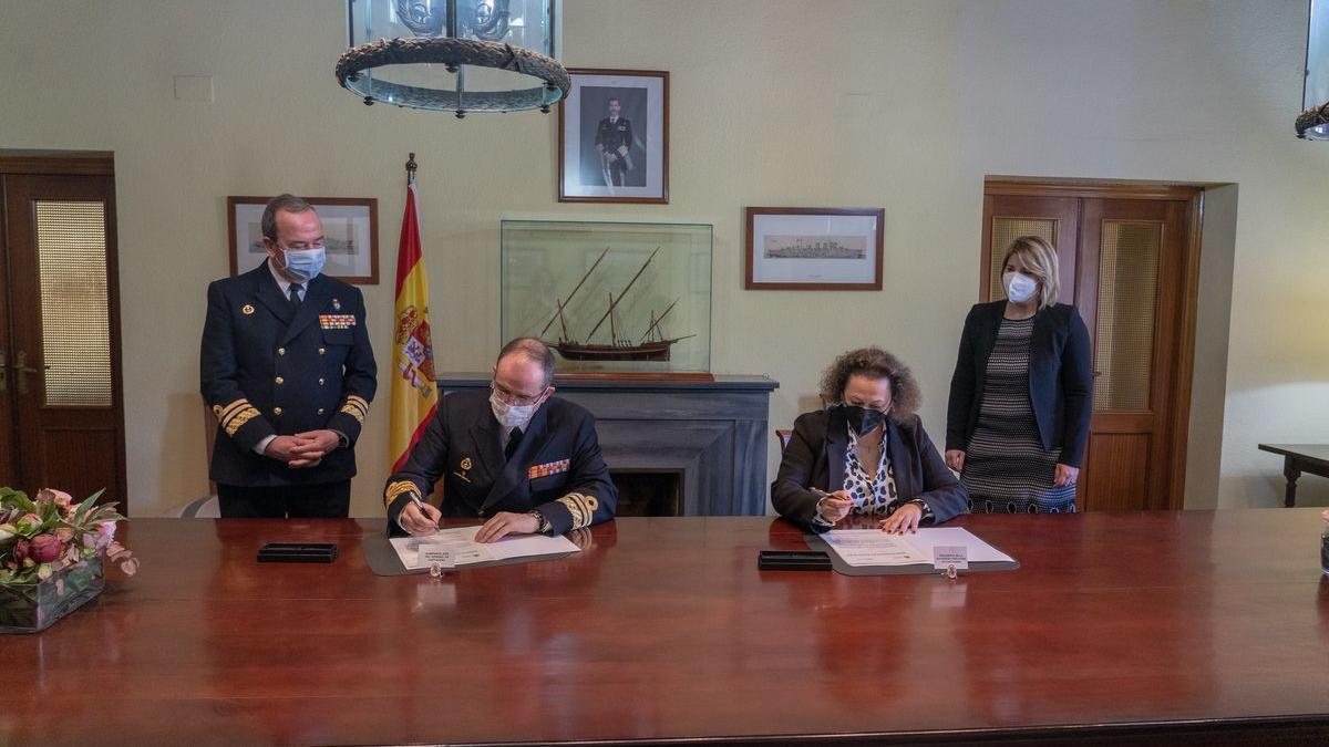El vicealmirante Pedro Luis de la Puente y la presidenta de la APC, Yolanda Muñoz, durante la firma del convenio.