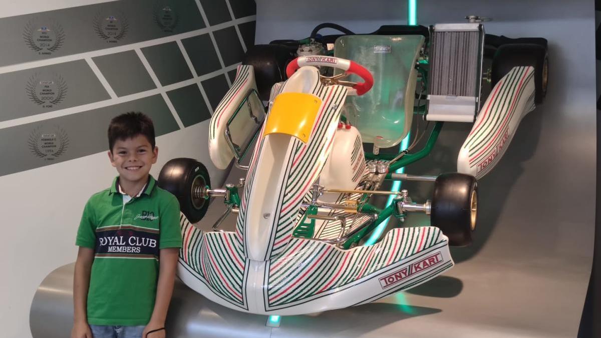Costoya posa junto su nuevo monoplaza de Tony Kart Racing