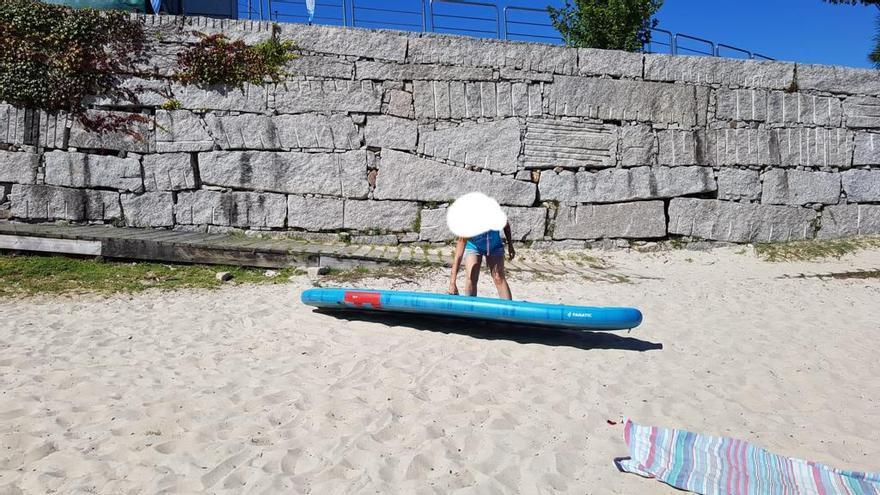 Cae una tabla de paddle surf desde el puesto de la playa de la Canteira a la arena