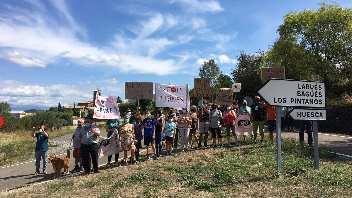Varios miembros de la plataforma vecinal Stop Purines Pueblos Vivos, en la concentración del pasado sábado.