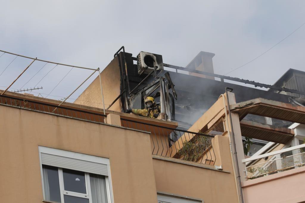 Varios intoxicados en el incendio de un ático en Avenidas