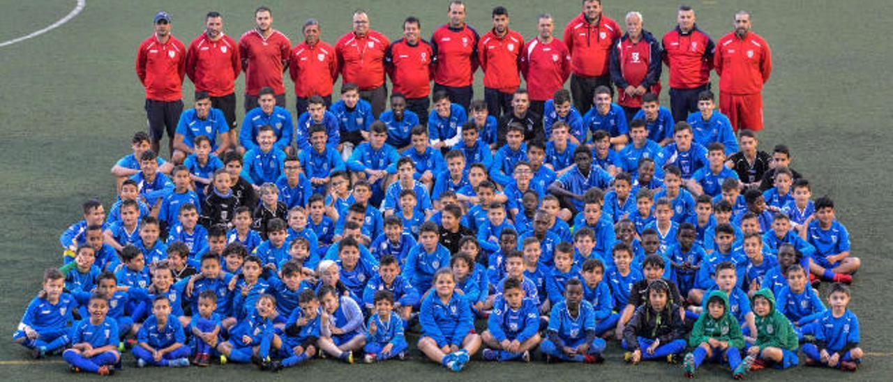 Imagen de los jugadores y técnicos de los equipos del Balos en el Campo Municipal de esta localidad de Santa Lucía de Tirajana.