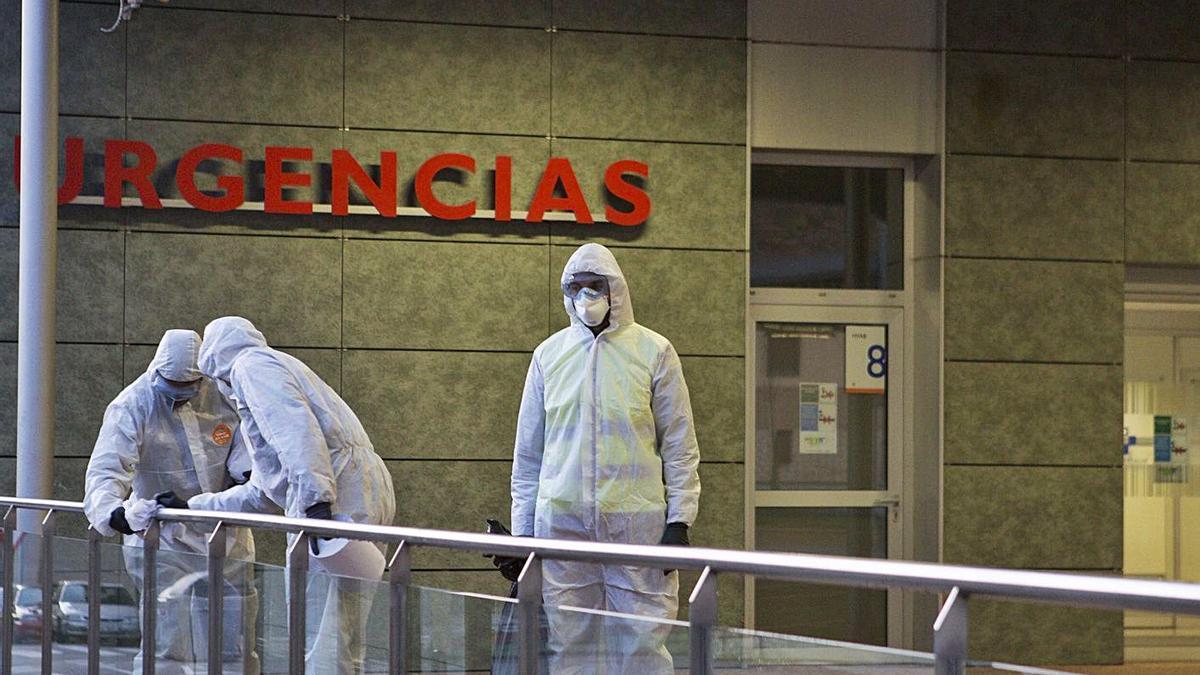 Militares  desinfectando el Hospital de Mieres.    | FERNANDO RODRÍGUEZ