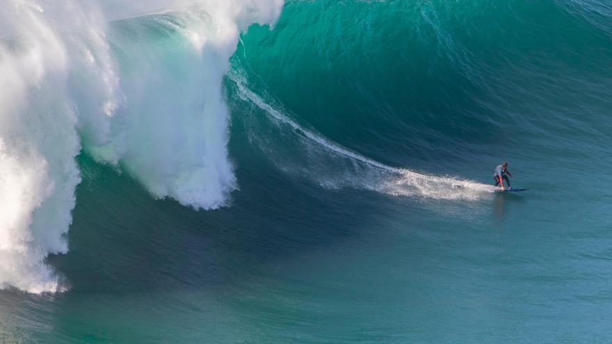Un cangués en la cresta de la ola de Nazaré