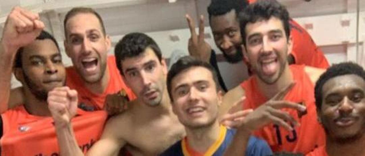 Los jugadores del Liberbank Oviedo Baloncesto festejan en el vestuario la victoria en la pista del Melilla, en una imagen tomada del Twitter de Marc Martí.