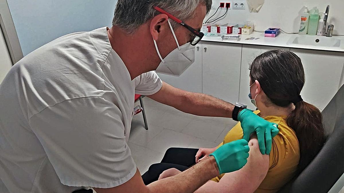Una pacient del grup d'immunodeficiències, a l'hospital de Figueres