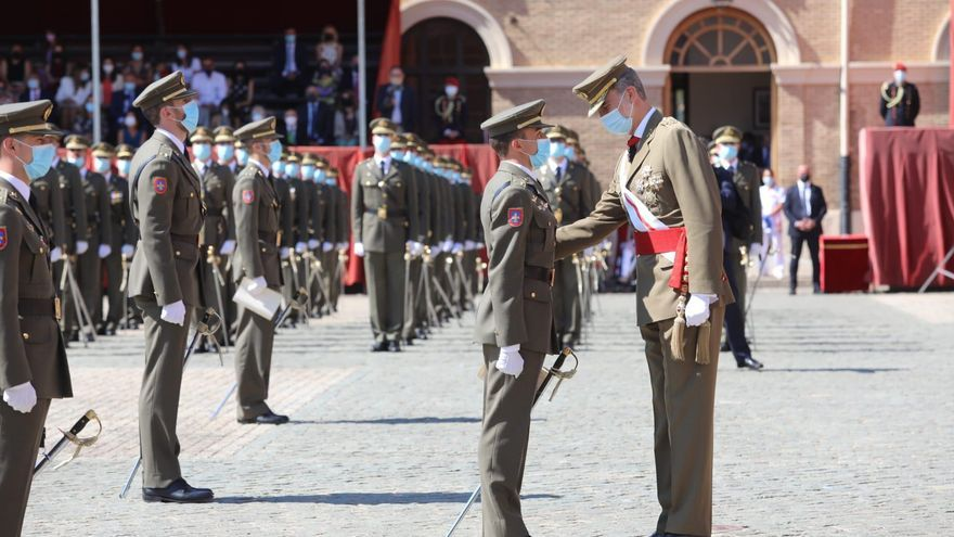 El Rey preside la entrega de despachos de teniente en la Academia General Militar de Zaragoza