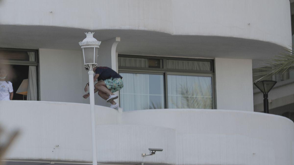 Uno de los jóvenes aislados en un hotel de Palma saltando a otra habitación.
