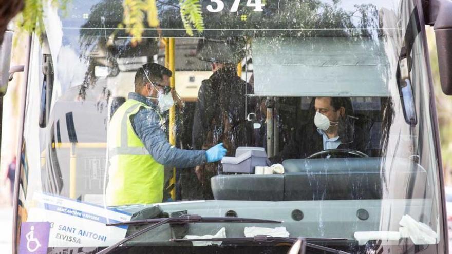 Las familias monoparentales de Ibiza ya puede disfrutar de descuentos para viajar en bus