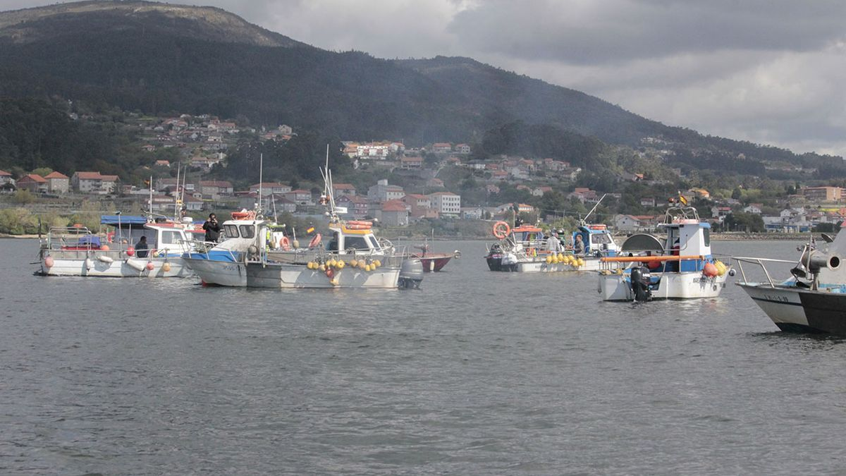 Un aspecto de la movilización de la flota artesanal, ayer, en la ría de Pontevedra - Santos Álvarez.jpg