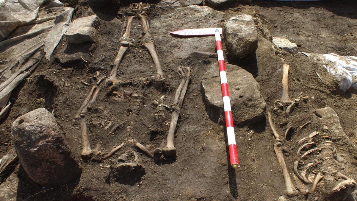 Restos óseos en la necrópolis de Adro Vello, parte esencial del yacimiento arqueológico situado en la playa grovense de O Carreiro.