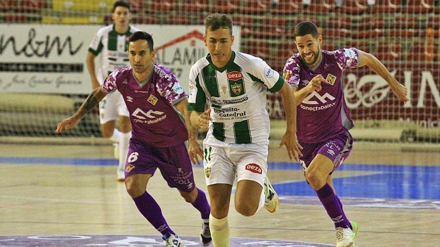 Raúl Campos y Joao persiguen a un rival en el partido de ayer en Córdoba.