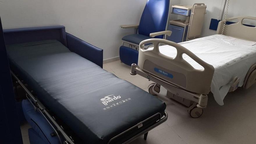 Fundación El Gancho Infantil dona ocho sillones-cama al Hospital de Antequera