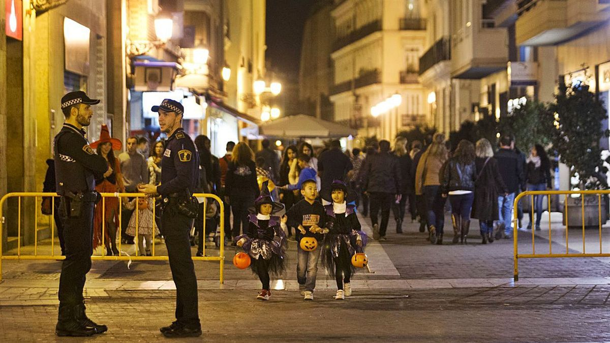La Policía Local vigilará este año de forma especial la celebración de Halloween.   GERMÁN CABALLERO