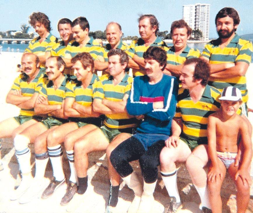 """Mantilla (abajo 3º por la izquierda) con el equipo """"Viento y Marea"""" de fútbol-playas ."""