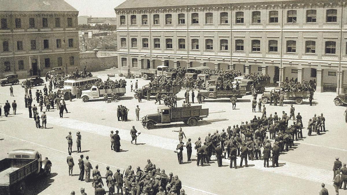 Reclutamiento en el patio del Cuartel Viriato el 1 de agosto de 1936.