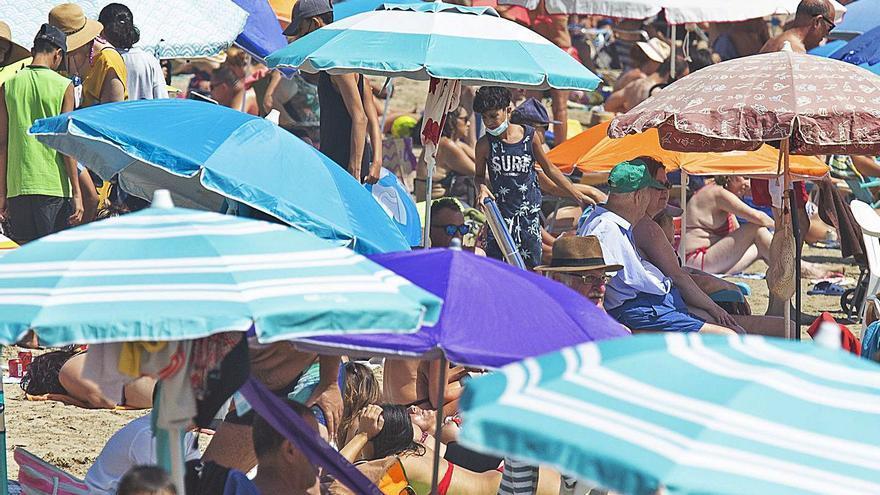 La playa del Postiguet atrae este agosto un 20% más de bañistas que otros años