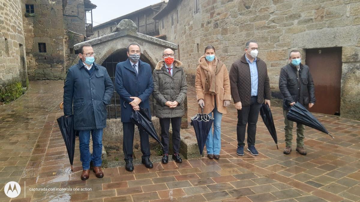 El consejero de Cultura, Javier Ortega Álvarez (centro), visita Villardeciervos.