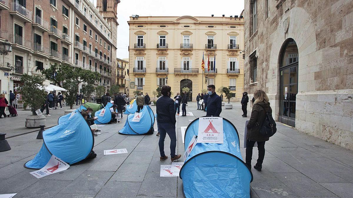 La acampada en protesta por la falta de ayudas, organizada por la Ceoh, arrancó ayer ante el Palau de la Generalitat. | FERNANDO BUSTAMANTE