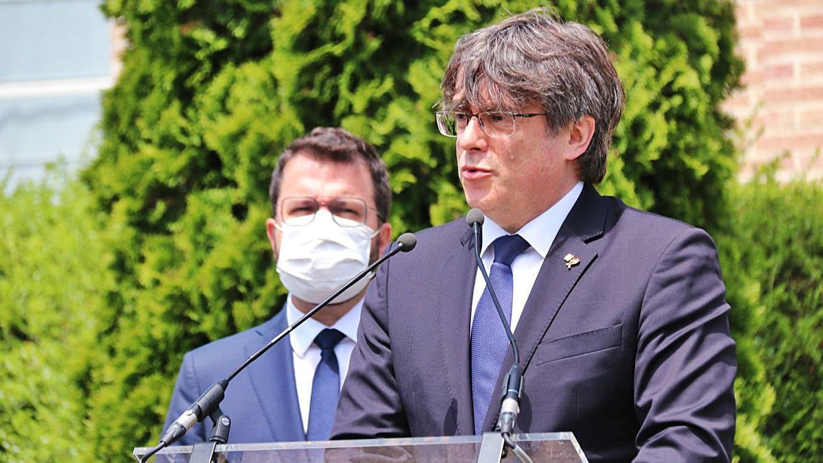 Carles Puigdemont i el president Pere Aragonès davant la Casa de la República, a Waterloo  | SÍLVIA JUNYENT/ACN