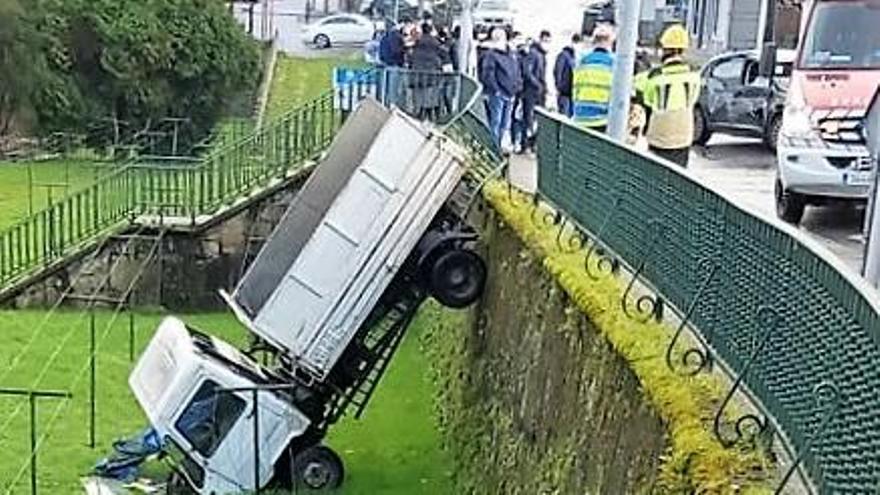 Camión accidentado en Betanzos