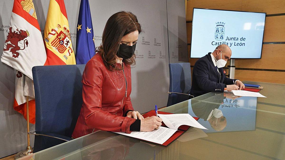 La consejera de Empleo, Carlota Amigo, y el presidente de la patronal Hosturcyl, Fernando de la Varga, durante la firma del acuerdo ayer en Valladolid.   Ical
