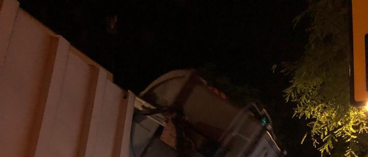 Un camión de la basura de San Vicente recoge un contenedor.