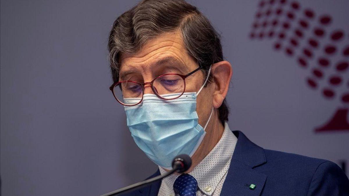 El consejero murciano de Sanidad dimite por ponerse la vacuna