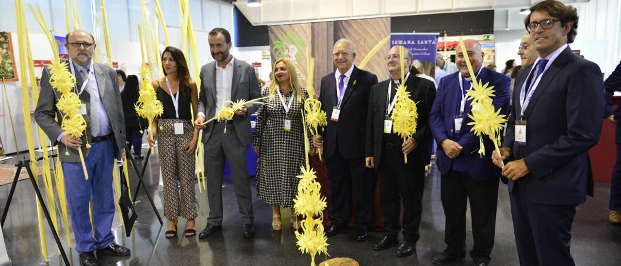 Representantes de la Semana Santa, el Ayuntamiento, la Diputación y la Iglesia en la muestra cofrade con palmas blancas de Elche.