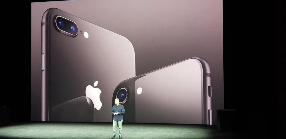Los nuevos iPhone 8 en color plateado.