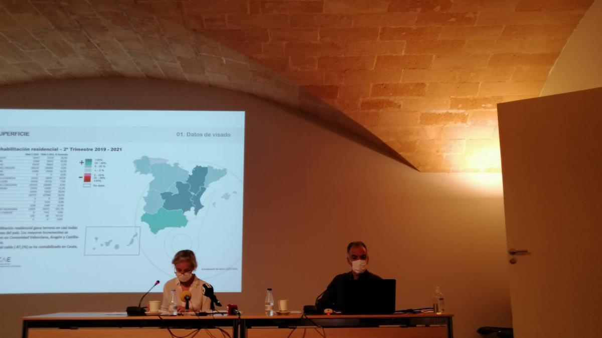 La degana del COAIB, Marta Vall-Llossera, y el presidente de la Demarcación de Mallorca, Joan Cerdà