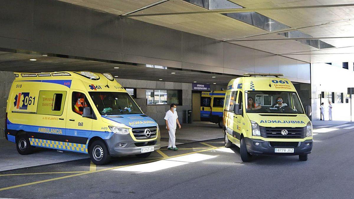Ambulancias en la entrada de Urgencias del hospital Álvaro Cunqueiro.
