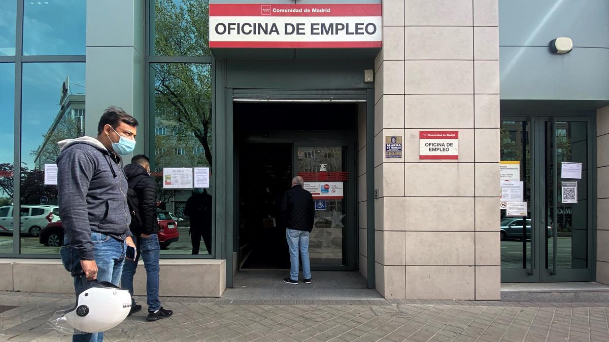 Varias personas esperan en las inmediaciones de una oficina del SEPE.