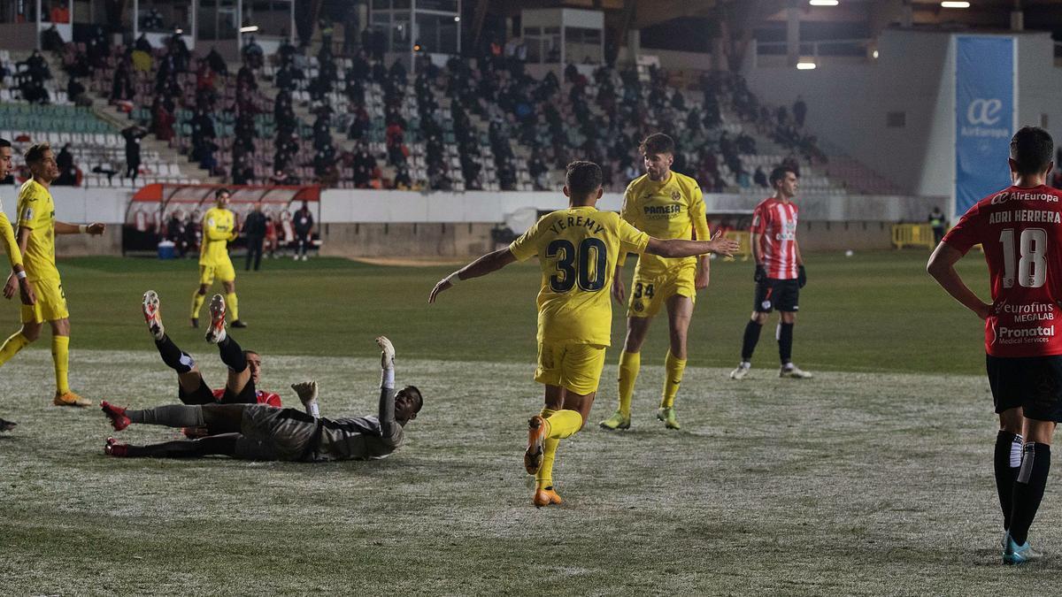 Los jugadores se lamentan tras un gol de los de Emery. | J. L. F.