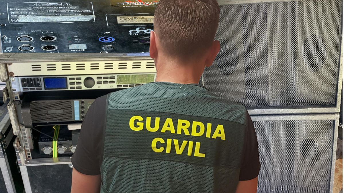 La Guardia Civil con parte del material que le fue intervenido. // G. C.