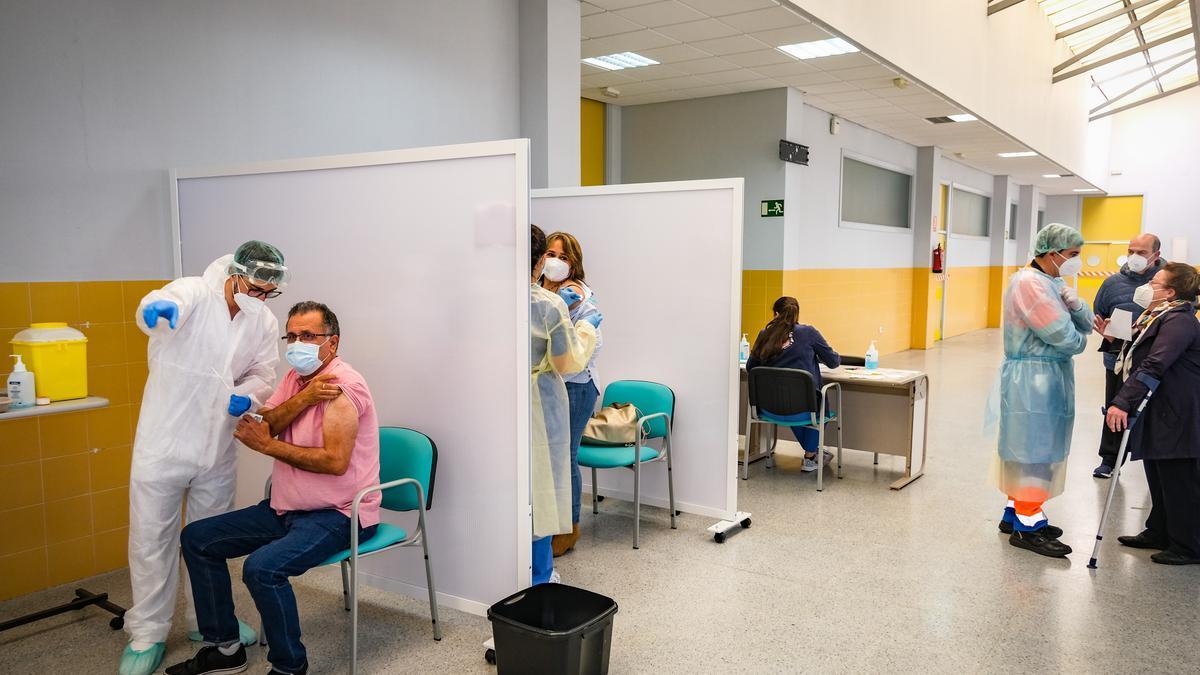 Vacunación masiva en el edificio de usos múltiples de la Uex, en una imagen de archivo.