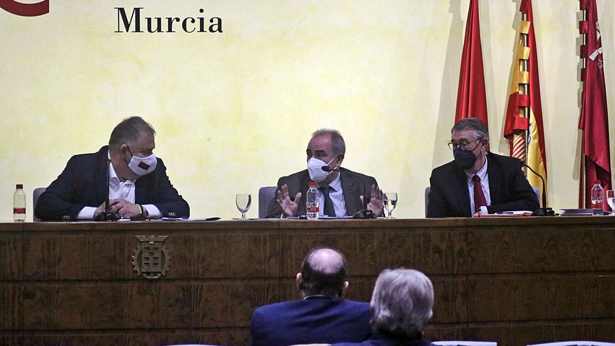 Lucas Jiménez, Teodoro Estrela y Mario Urrea durante el encuentro con los regantes   MARÍA CEGARRA CASTILLO