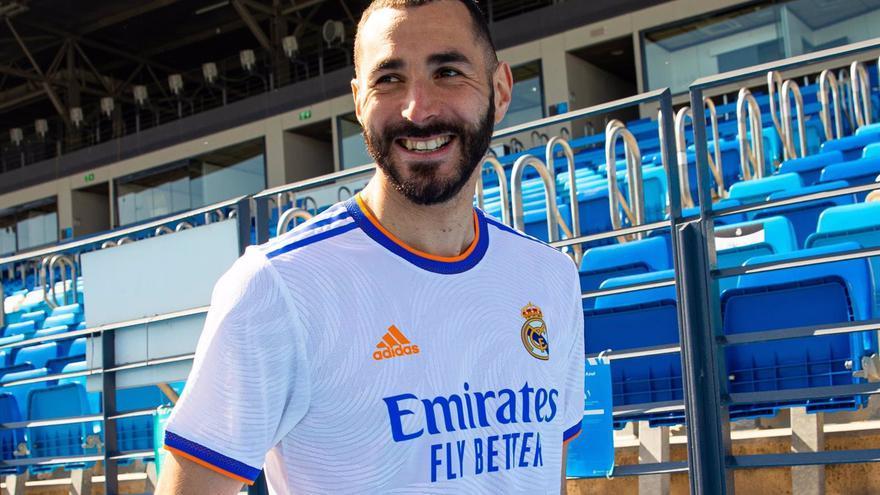 El Real Madrid presenta su nueva camiseta, que incluye tonos azules y naranjas