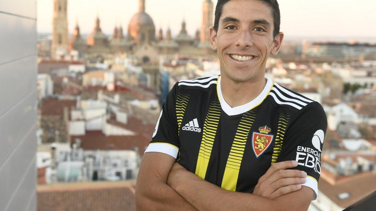 Fran Gámez posa con la nueva segunda equipación del Real Zaragoza, la avispa.