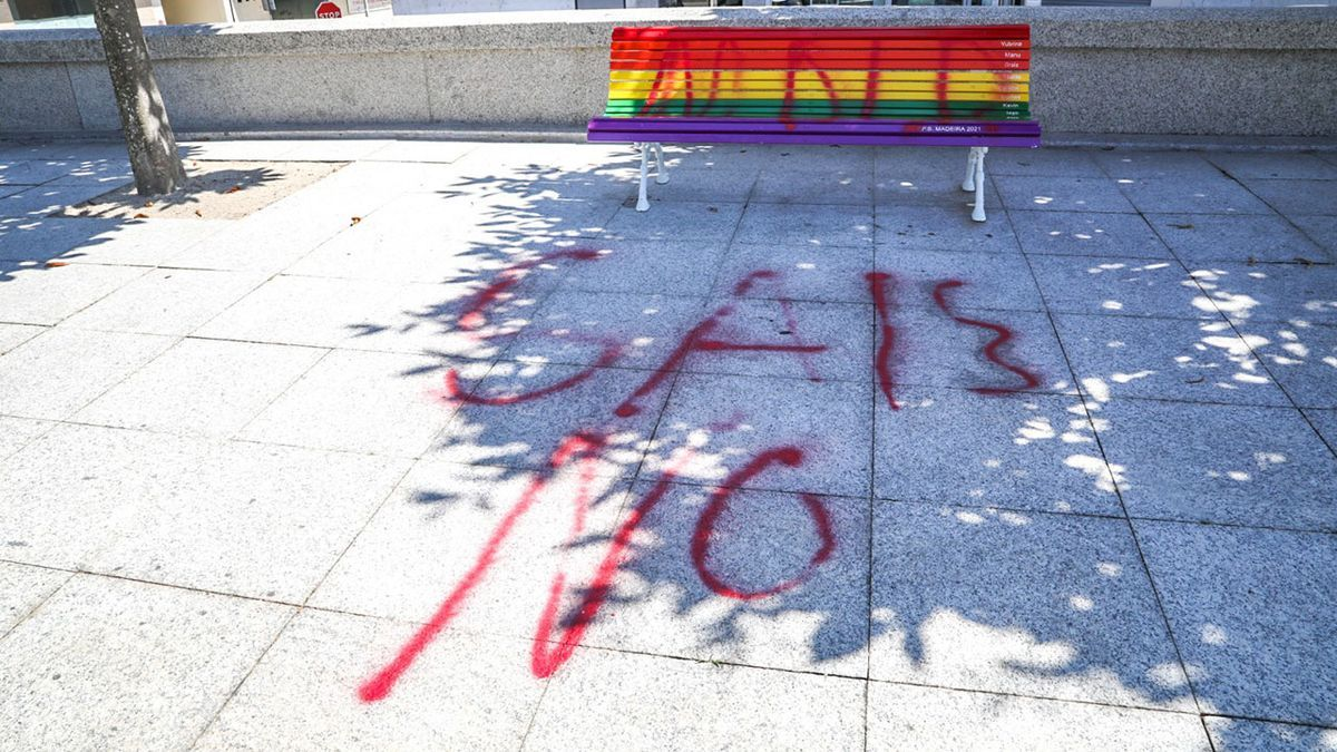 Pintadas en el banco LGBTIQ+ de Salvaterra.