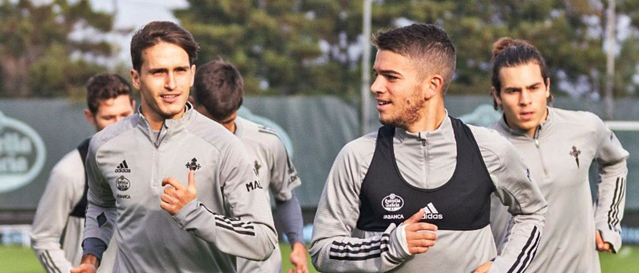 Sergio Carreira, en primer plano, y Miguel Rodríguez trotan junto a Denis Suárez (izq.) en un entrenamiento del Celta