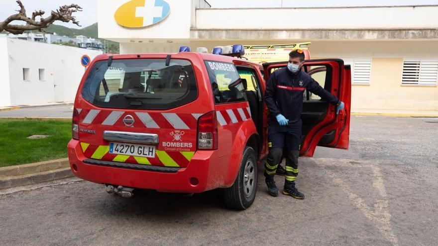 Los bomberos rescatan a una pareja de turistas atrapados en una cueva de Ibiza